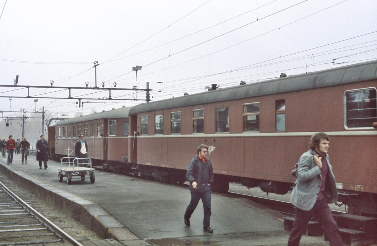 Tomtog til Fagernes med NSB dieselhydraulisk lokomotiv type Di 2 og styrevogner type BFS 91.
