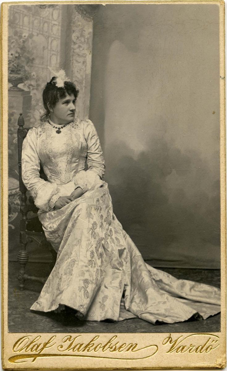 Ukjent kvinne i praktfull kjole.