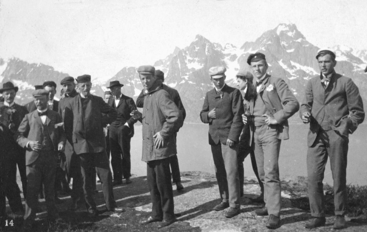 """""""Gruppe paa Digermulen."""" En gruppe menn i hatter står på en topp. I bakgrunnen kan man se fjell."""