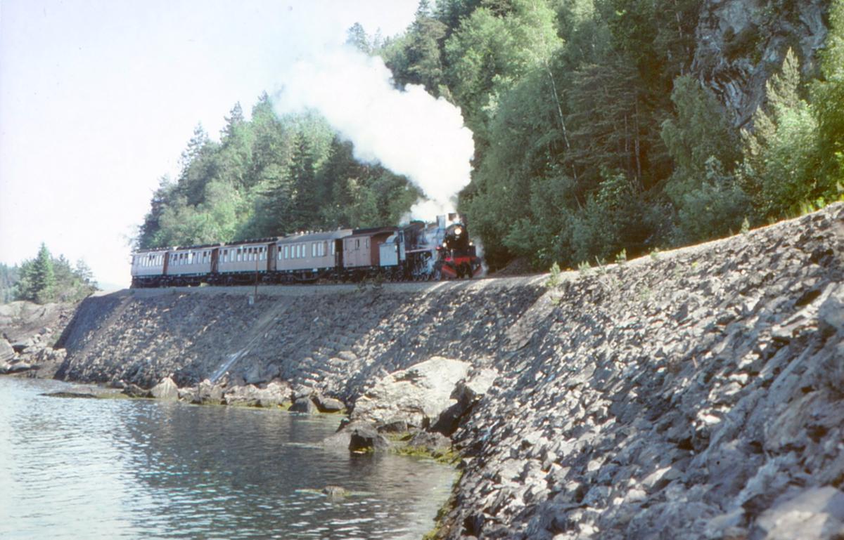 """Fotokjøring med ekstratog mellom Hell og Muruvik. Ekstratog """"To Hell with Steam"""" med damplokomotiv 26c 411."""