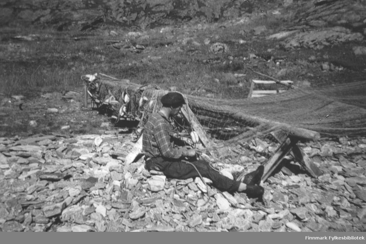 Alf Andersen var født og oppvokst i Torskefjord. Han var gift med Dina Johannessen sin søster, Hjørdis. De flyttet til Kvalsund 1959, men dro tilbake til Torskefjord hvert år i mai. Så lenge de klarte, dreiv de med laksenotfiske. Bildet er tatt ca. 1950-52.