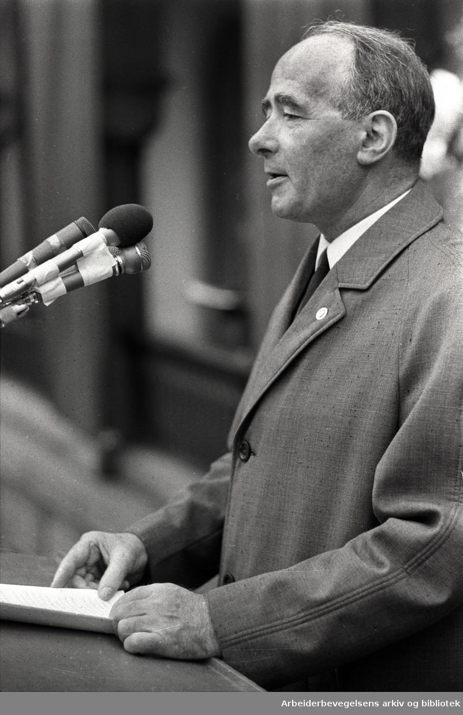 1. mai 1969, Trygve Bratteli taler på Youngstorget.