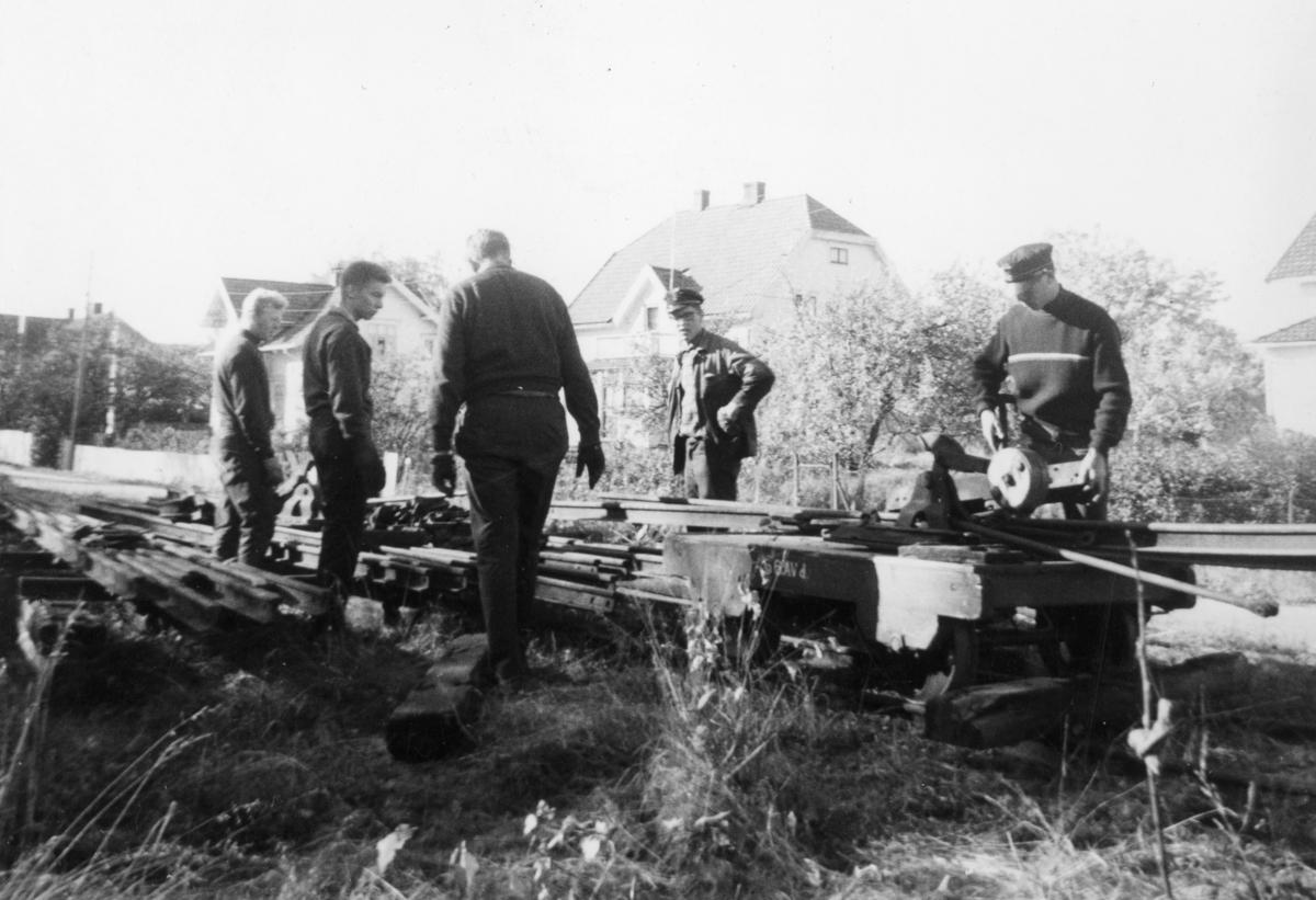 Dugnadsarbeid på museumsbanen Urskog-Hølandsbanen. Transport av skinnemateriell på traller.
