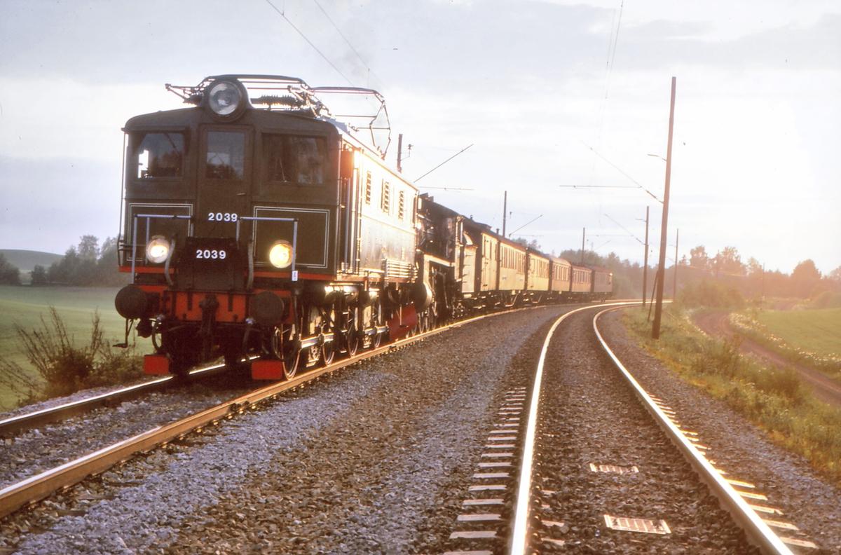"""NSB elektrisk lokomotiv El 5 2039 med ekstra tomtog til Grorud verksted og Ski. Materiell fra ekstratog """"To Hell with Steam"""" fra Storlien."""