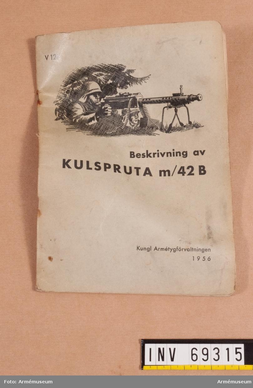 """Instruktionsbok med titel: """"Beskrivning av kulspruta m/42 B"""" (1956)"""
