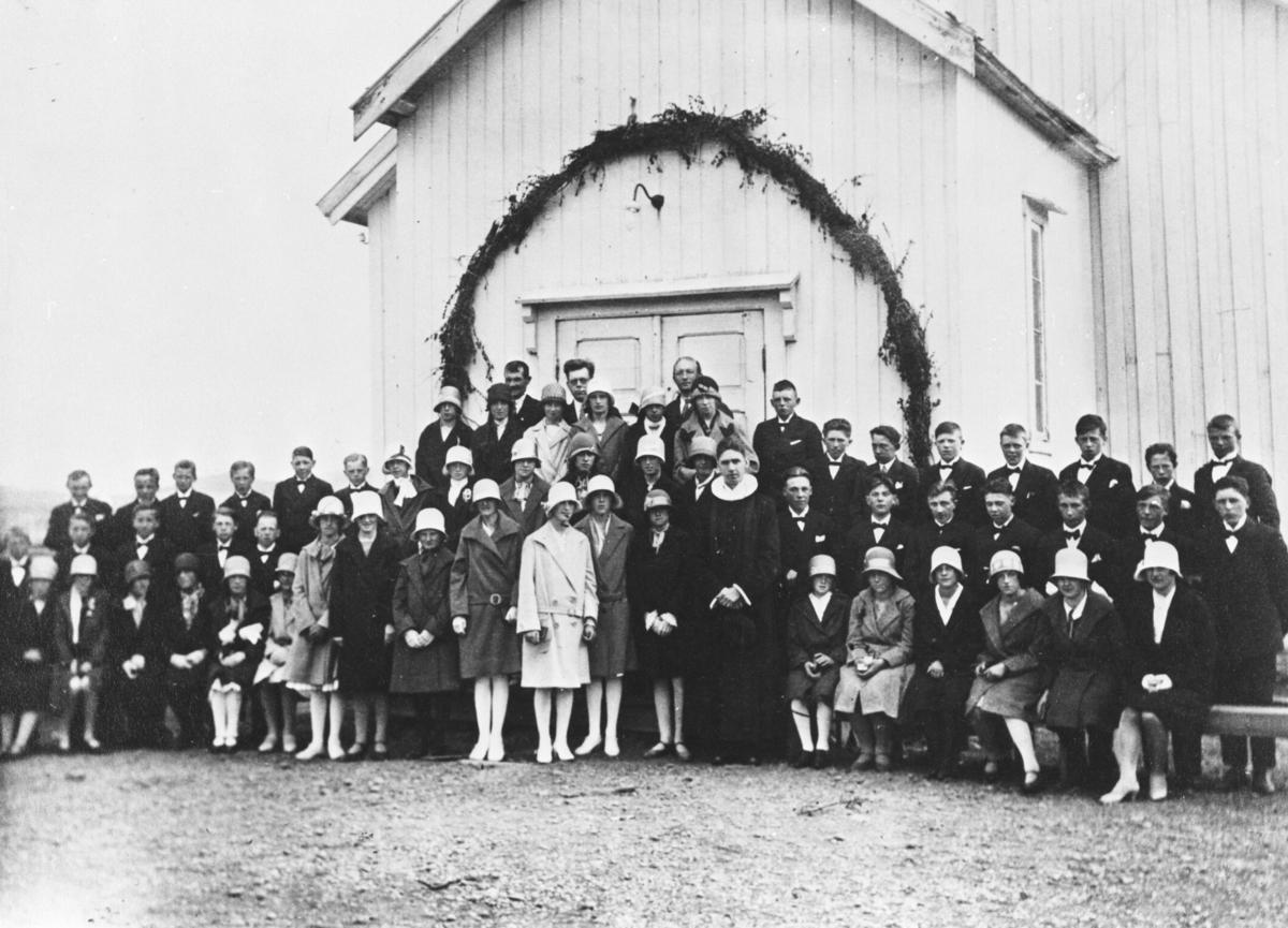 Berlevåg. Konfirmantkullet i Berlevåg 1929 på kirketrappen.