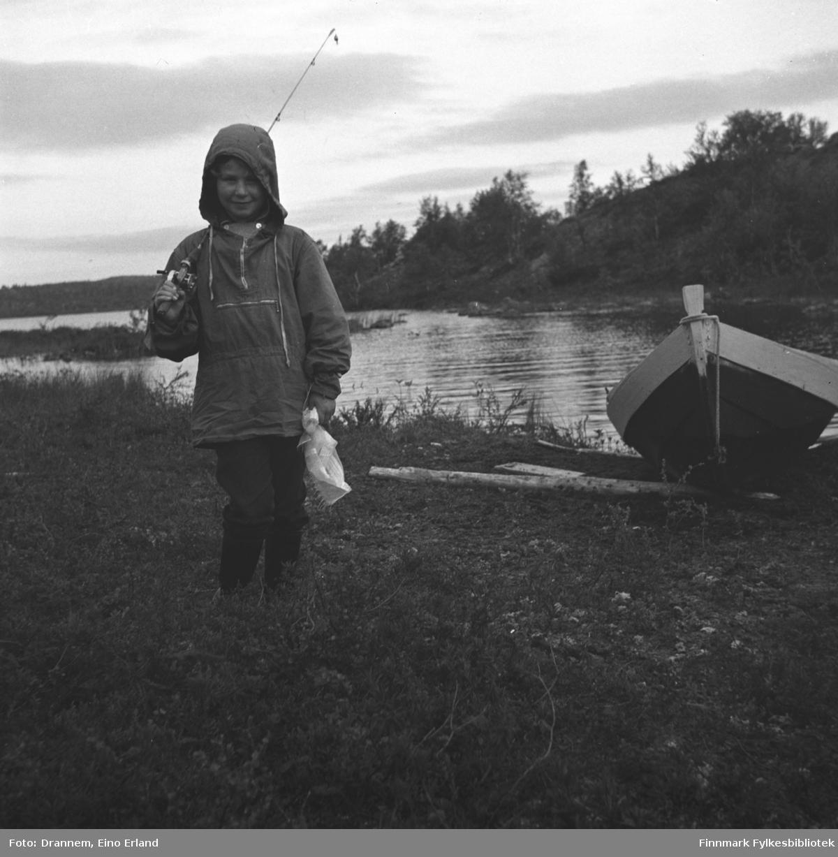 Turid Lillian med fiskestang ved Jääjärvi