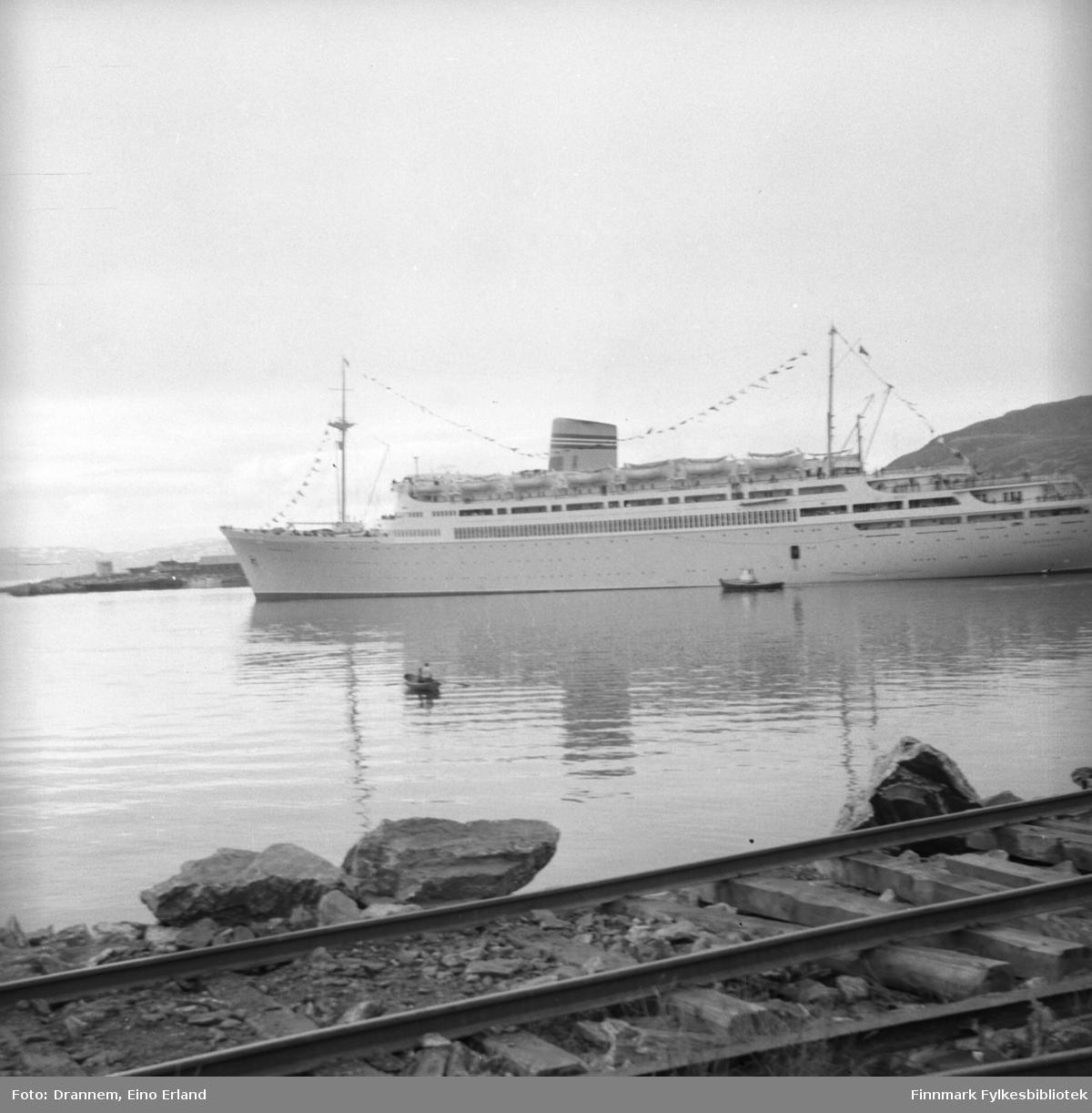 Et av NALs (Den Norske Amerikalinjen) skip på Nord-Norgescruise, 'Bergensfjord' ved Hammerfest havn