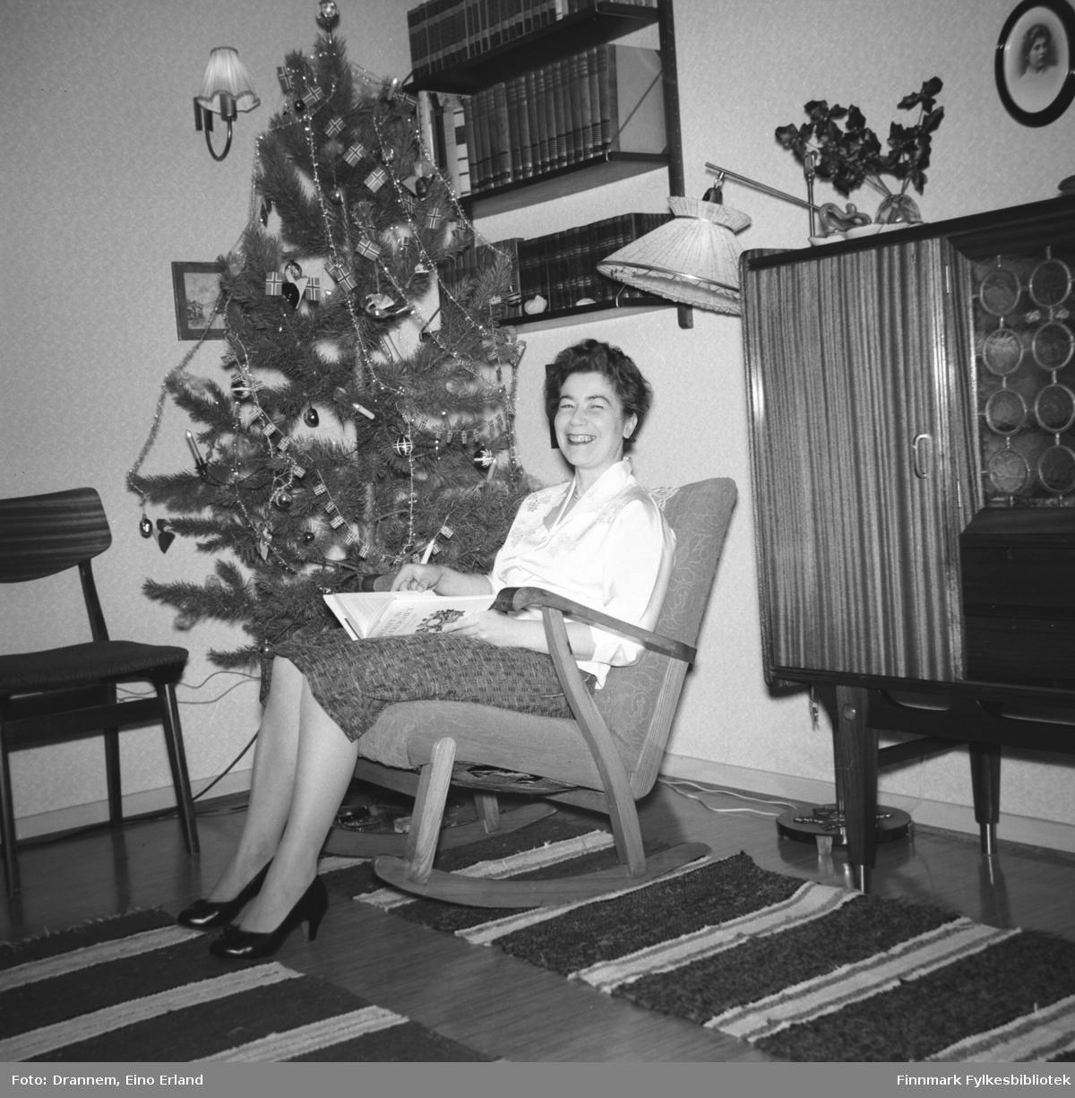 Jenny Drannem sitter i gyngestolen og leser. Det er juletid og familien Drannem har juletræ i stua