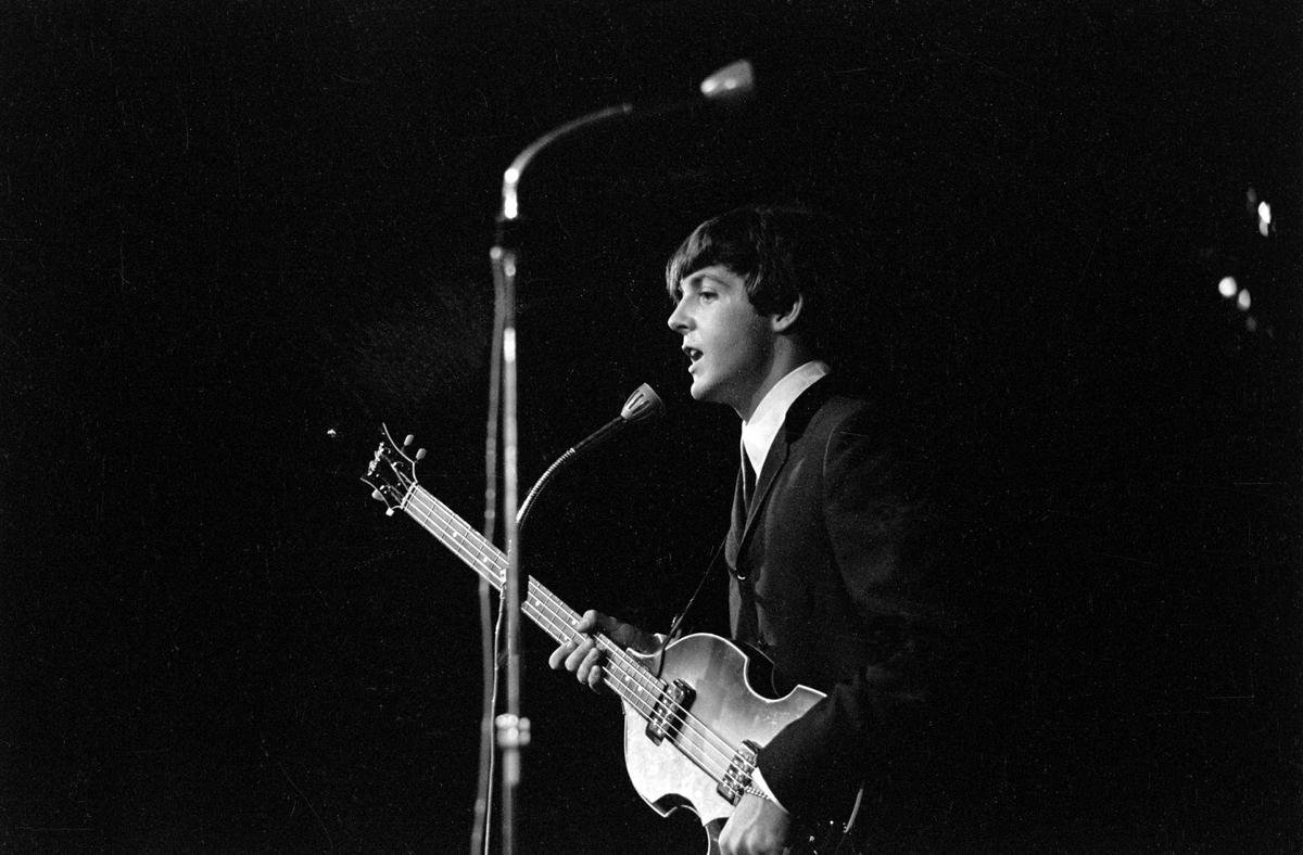 Konsert med det engelske bandet The Beatles i K.B. Hallen i København.  På scenen Paul McCartney.