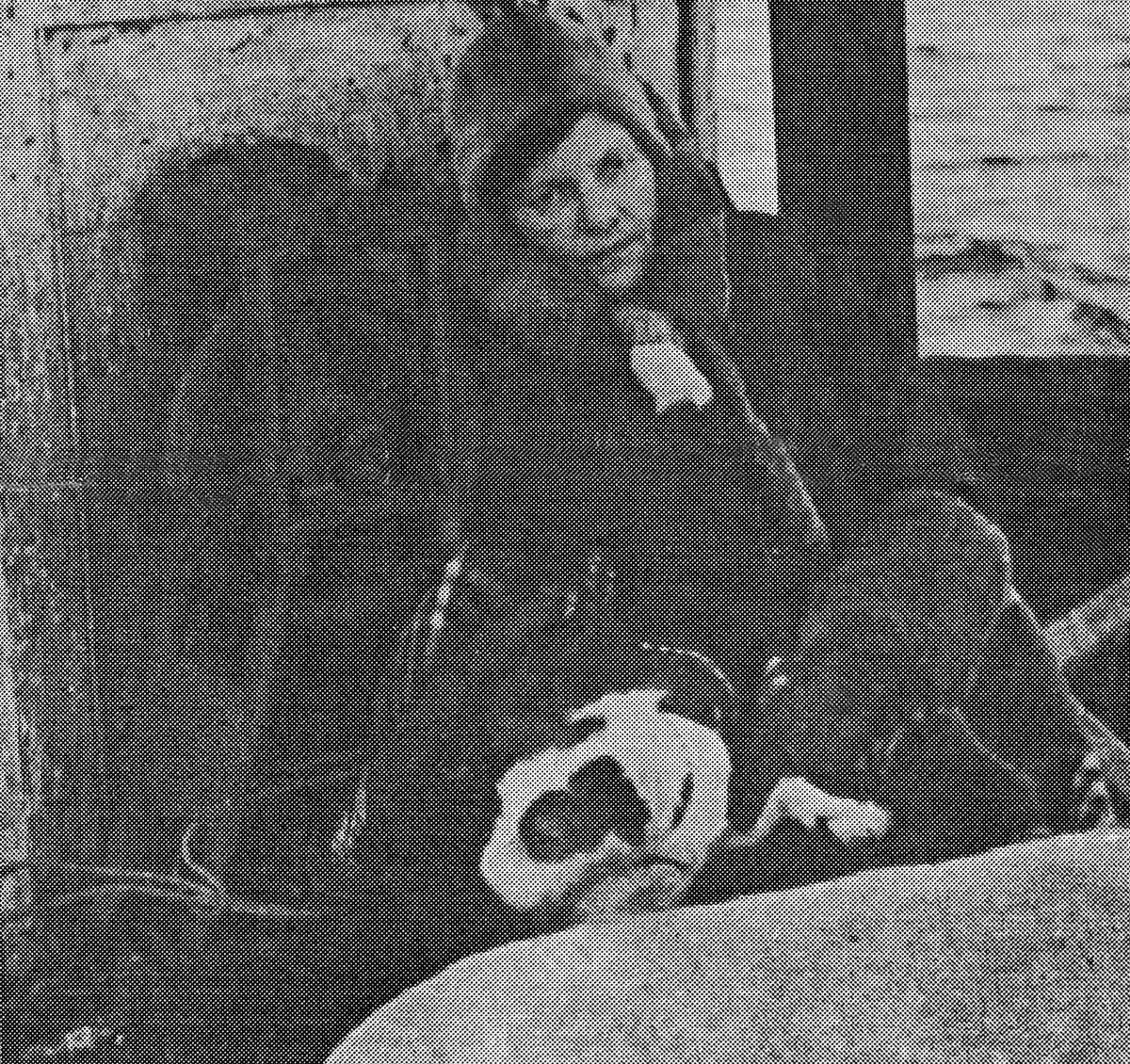 Bilde av Golla Fuglevik fra evakueringa høsten 1944. Hun er på vei i båt fra Berlevåg til Syltefjord.Hun sitter foran rorhuset. På seg har hun pelslue og kåpe med pelskrave. Hun sitter på et rutet pledd.
