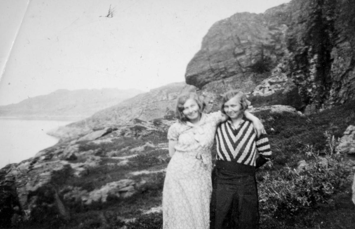 To kvinner fotografert i fjæra en sommerdag. Personer og sted er ukjent, men bildet er sansynligvis fra Kvalsund kommune.