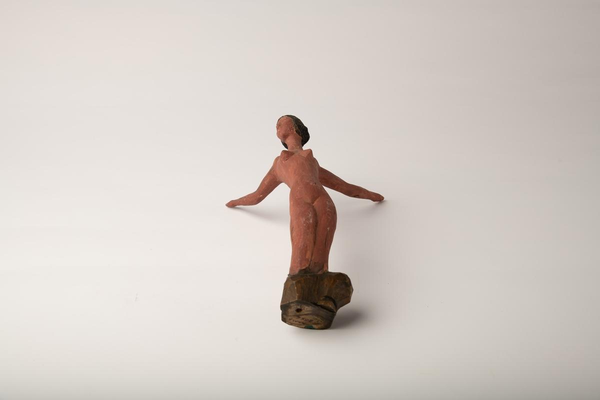 Slank kvinnefigur med uformelige ben, armene strakt langt bakove