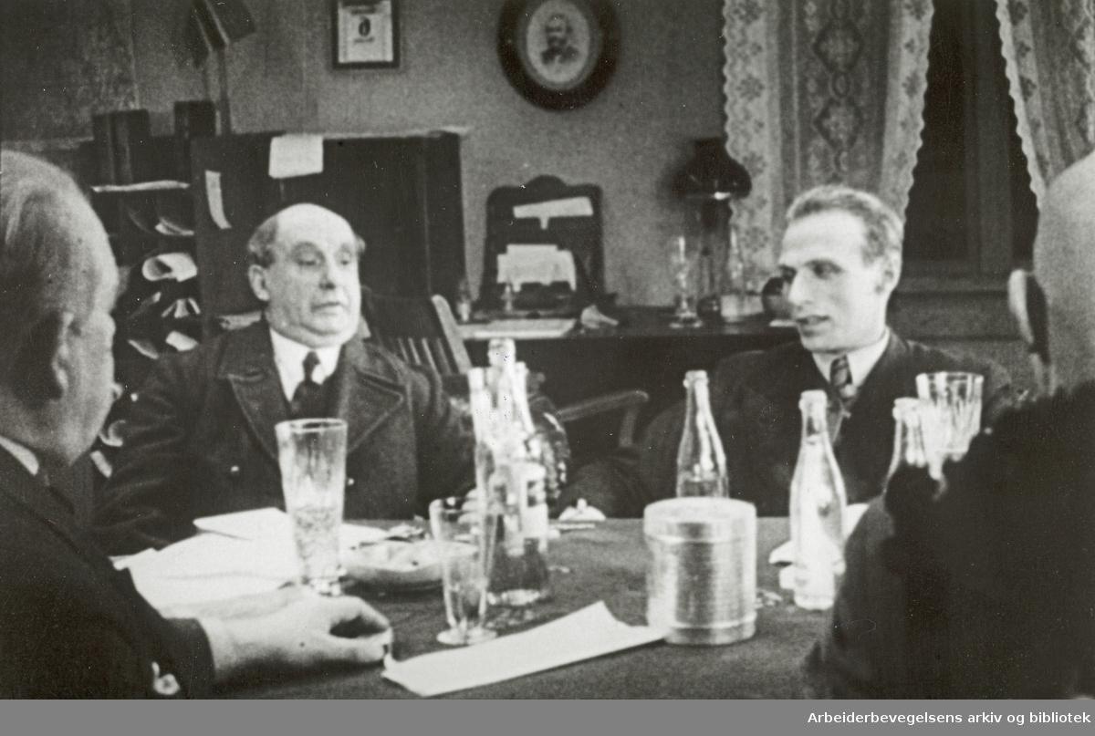 """Scene fra Olav Dalgards film """"Det drønner gjennom dalen"""" fra 1937. Filmen ble laget til Skog og Lands 10-års jubileum og hadde premiere 16. januar 1938. Bildet viser en scene fra et møte i Skogeierforeningen."""