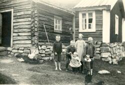 Barneflokken i Eikrehagen på Nystølen 1929. Frå v.Knut Eikre