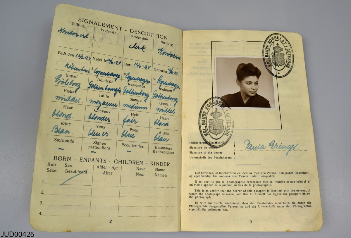 Samling av föremål som tillhört Paula Gringer.   Ett fotografi föreställande givaren och/eller familjen vid Snekkersten  En silversked.   Ett reisepass från Danmark.