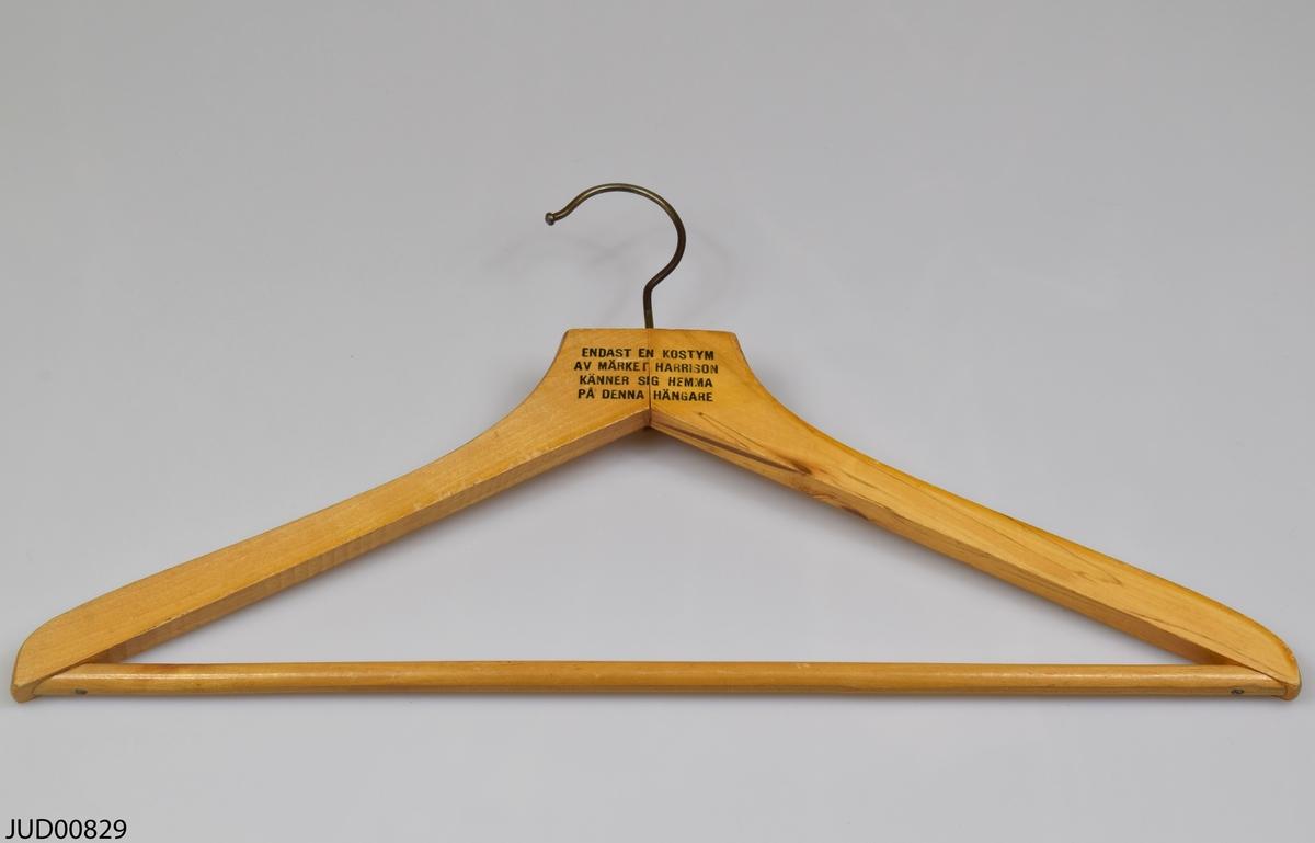 Galge, tillverkad av trä med en krok av metall. Tryckt svart text på fram- och baksidan.