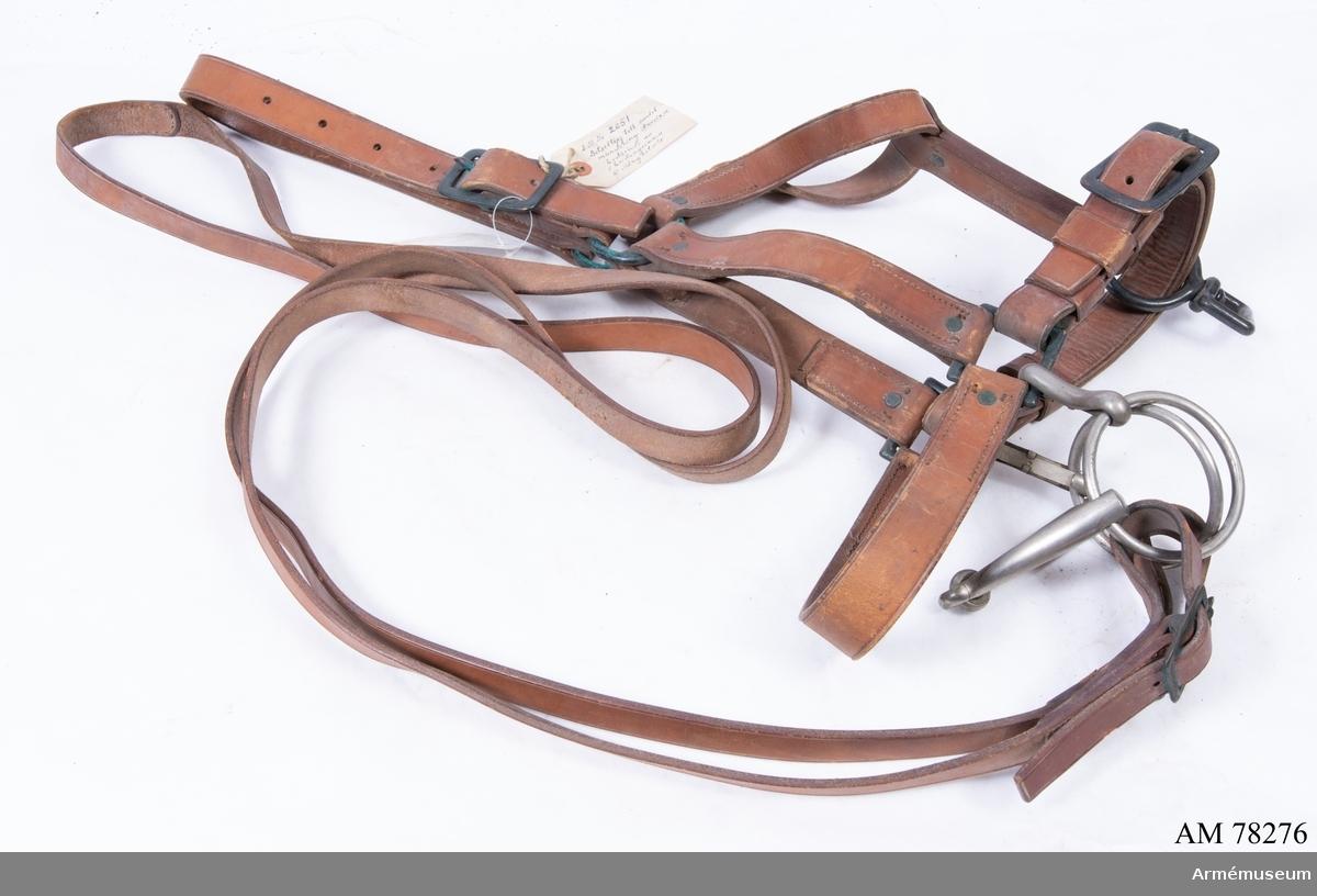 A.M. Nr 2651: 2 - 5 utgör betsel, vilkets detaljerade beskrivning finns på särskilt kort.Förvaras i A.M.Sadelkammare väggf. 7. Ink.rev. Nr. 2. Betsel armémodell: Betslet utgöres av bridongrimma och stålbetsel. Bridongrimman består av:1/huvudlag, 2/ bridonbett och 3/ bridontyglar. Huvudlaget a/nackstycke - 30 mm brett, tvådelat - med två 55 mm stora ringar, spänt samman genom en 70 mm lång och 45 mm bred sölja på vänstra sidan. b/två sidstycken - 30 mm breda - fastsydda i nackstyckets och nosremmens ringar. c/ käkrem - 25 mm bred - fastsydd i nackstyckets ringar. d/ nosrem - 32 mm bred - med fyrkantiga 50 mm långa och 50 mm breda ringar.e/ nedre käkrem - 30 mm bred, dubbel - spänd samman genom en 70 mm lång och 45 mm bred sölja.f/ förbindelseläder - 30 mm brett - med en 60 mm stor ring med en fyrkantig 45x35 mm stor, kompletterande ring.Bridonbettet är tvådelat, 16 cm brett mellan ringarna, med 8,3 cm stora tygelringar och dubbla 75 mm långa karbinhakar.Bridontyglarna äro 20 mm breda, hopsydda med varandra, hopspända i tygelringarna genom 45 mm långa och 35 mm breda söljor. Stångbetslet består av:1/ huvudlag, 2/ stångbett och 3/ stångtyglar.Huvudlaget a/ nackstycke 37 mm brett - med dubbla stroppar. b/ två siddtycken - 18 mm breda - varje med två 45x35 mm stora söljor.c/ pannfem, rörlig, med två 45 mm stora  knappar med riksvapen. d/ käkrem - 15 mm - med två 36x23 mm stora söljor.Stångbettet är med fasta, S-formig krökta sidstänger, 12 cm brett mellanstycke, vridbara tygelringar och lös kindkedja. Stångtyglarna äro lika med bridontyglarna. obs. stångbettets lösa kindkedja A.M.Nr.2651:3) saknas. Förvaras: A.M. Sadelkammare väggfält 7.