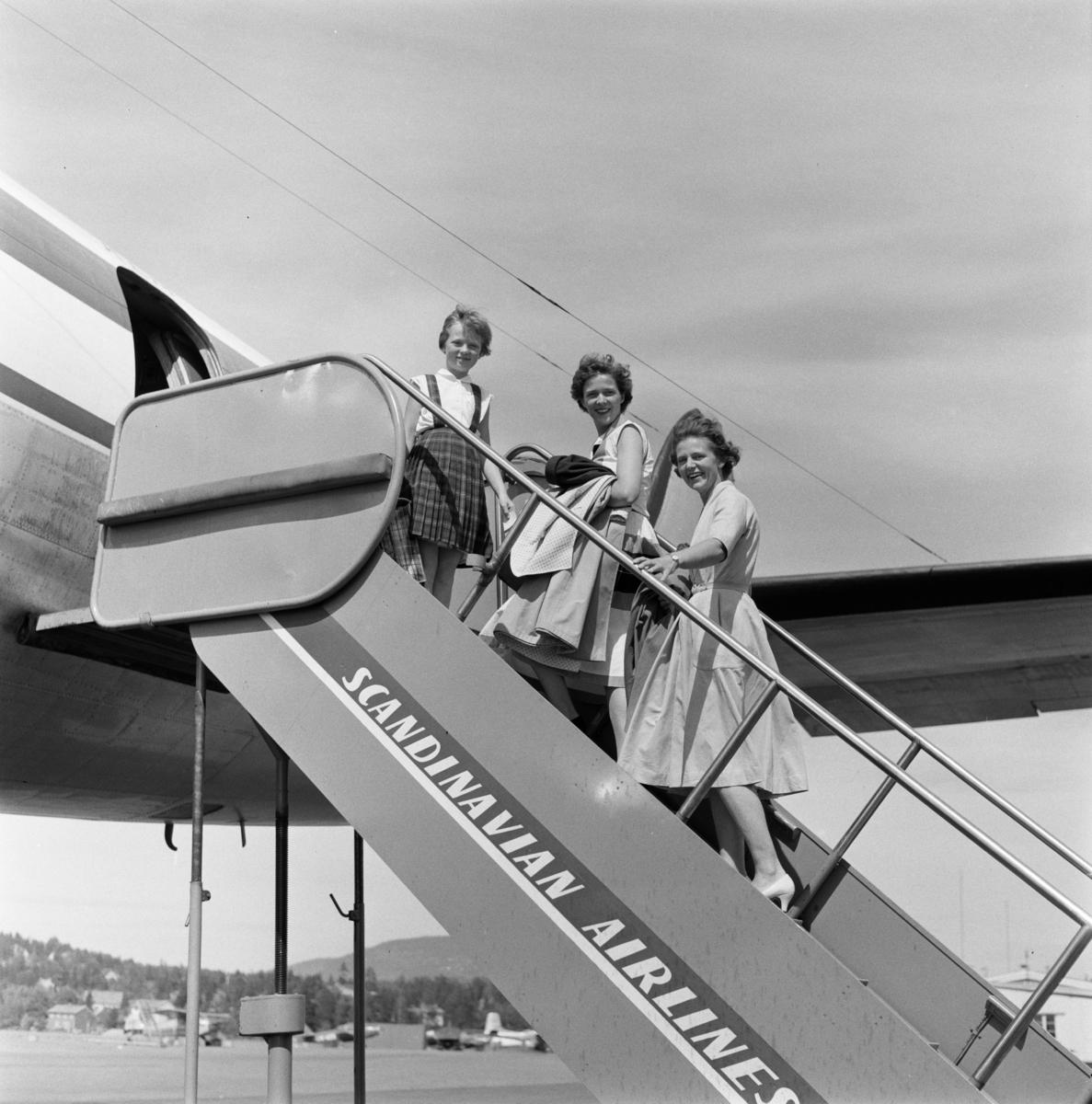 Mennesker går ombord i et fly. .