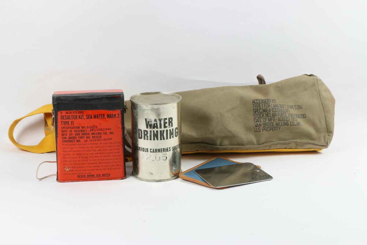 Inneholdende en boks med ferskvann, et Desalter kit Sea water Mark 2, et signal speil i eget etui. Dette utstyret ligger sammen i en lerretsveske.