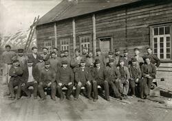 Arbeidere ved Knoph og Fosses Mekaniske Verksted i Tromsø, 1