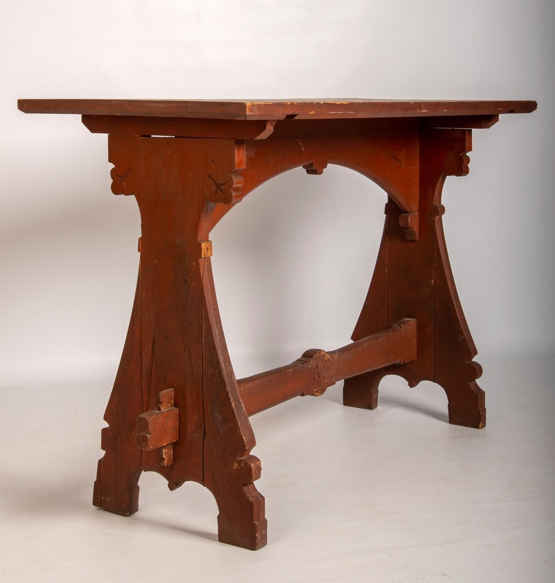 Malt bord i heltre materiale. Enkel skåret dekor på vangene og på bindingsbrett. Profilerte kanter.