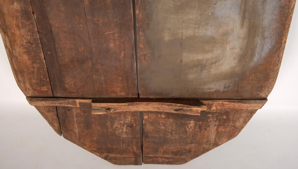 Heltre bordplate med labank med rund tapp på hverside. Kan ha vært ei vegghengt bordplate eller som bordplate til en bordstol.