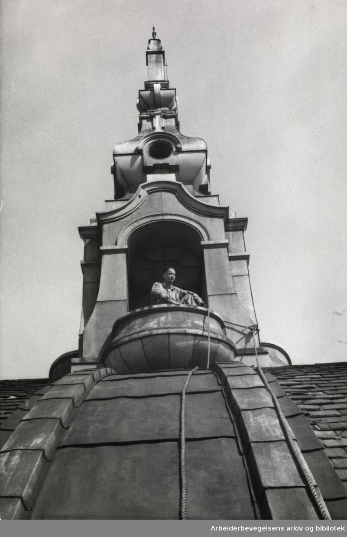 Reparasjonsarbeider på kuppelen av Nationaltheatret, sommeren 1965.