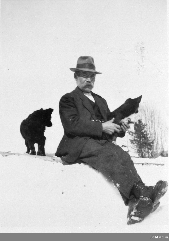 Mann og hund ute i snølandskap