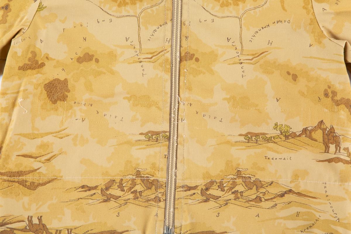 Jakke med hette, glidelås. Trykt mønster med ørkenmotiver og kameler. Sydd av giver.