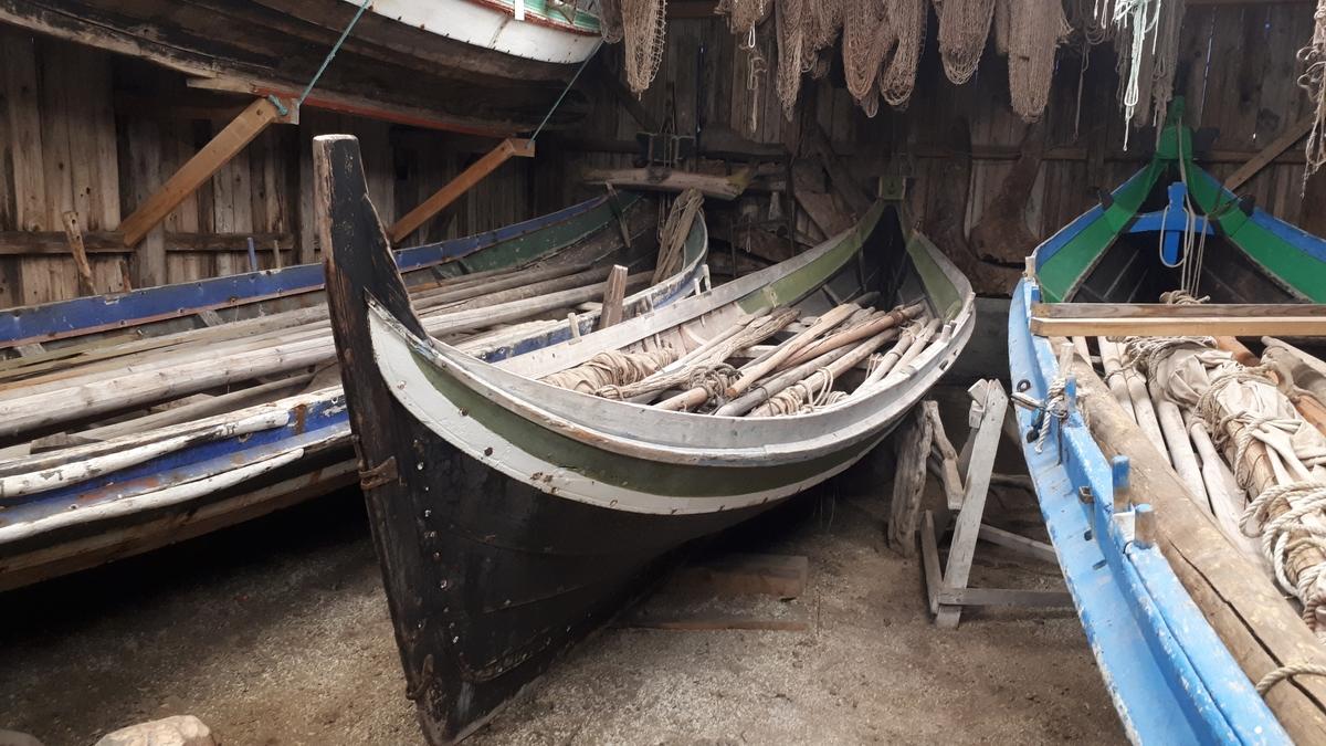 3 roms nordlandsbåt. Klinkbygd. Tjæret. Malt: Hvit, grønn, svart. 5 bordganger. 3 årepar. Rigg og seil.
