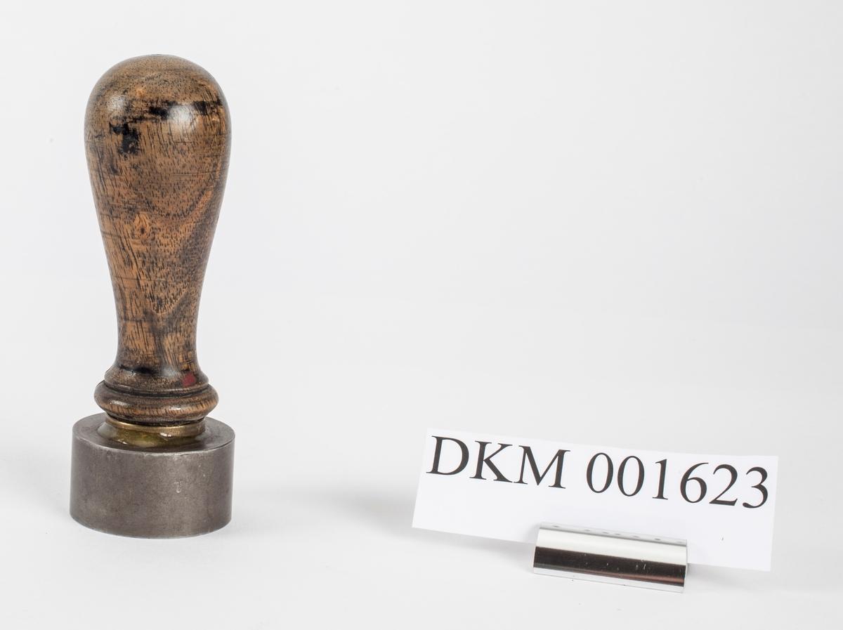 Norges riksvåpen, løve med øks og krone på ett skjold med krone over. På hver side er symbolet med hammer og feisel i kryss.