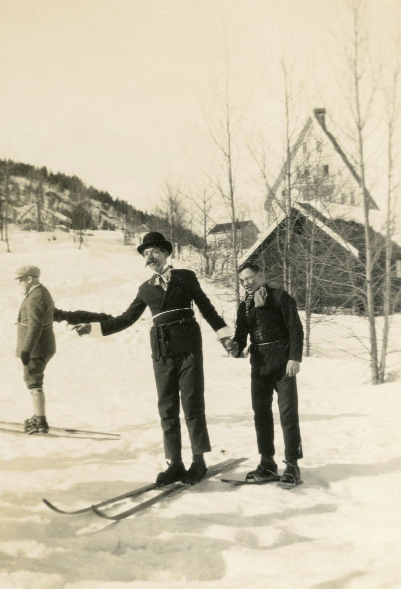 Kostymerenn i Venåsløkka. Trolig på 1920-tallet,