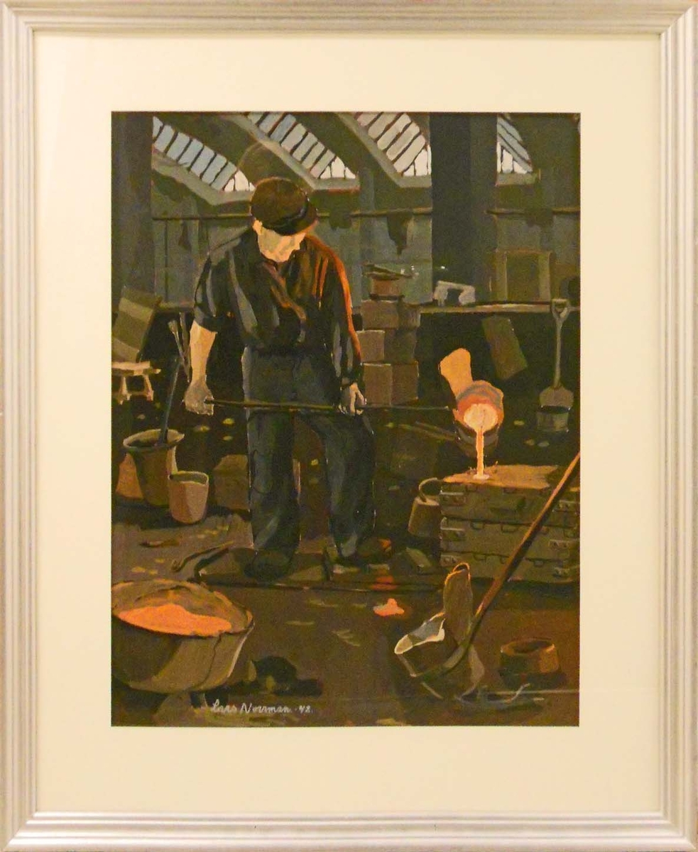 Fabriksinteriör i gråbruna toner med inslag a rödbrunt. I bildens mitt står en man i keps och häller göten ur en skopa ner i en form t.h.