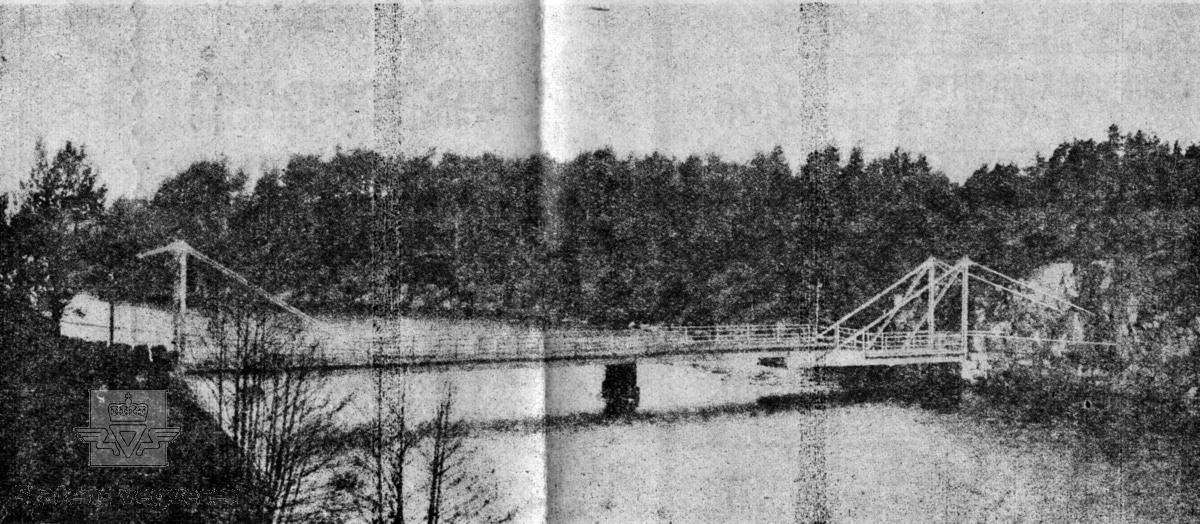 """Høvåg bru over Naudesund fotografert før den gamle bru ble revet. Den nye vegbrua ble åpnet 7. sept. 1952. Buebru  i betong. Lengde 89,50 meter. Kilde: Statens vegvesen sitt bruregister """"Brutus."""" Bilde 2) Naudesund bru, bygget 1915-1916. Konstruert av E. N . Horgen. Brua er en skråstagsbru der deler av brua kan åpnes: """"Det bestaar av 2 utkragede konsolbærere, fæstet ved forankringer i land, et midtparti hvilende paa en ca. 12 m høi jernpillar og en ruullebro med 6,5 m åpning"""". Kilde: artikkel av vegsjef J. B. Irgens i Lillesandsposten 19-01-1973. Fotoet er skannet fra den nevnte artikkelen i Lillesandsposten. (Informant:  Harald Tallaksen)"""