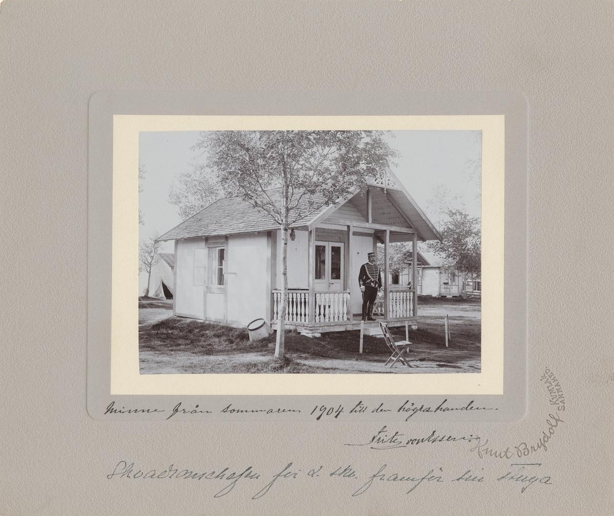 Skvadronchefen för 2. skvadronen vid Livregementets husarer K 3, kapten Fritz Henrik von Essen framför sin stuga på Sannahed.  Se även bild AMA.0000809 och AMA.0013904.