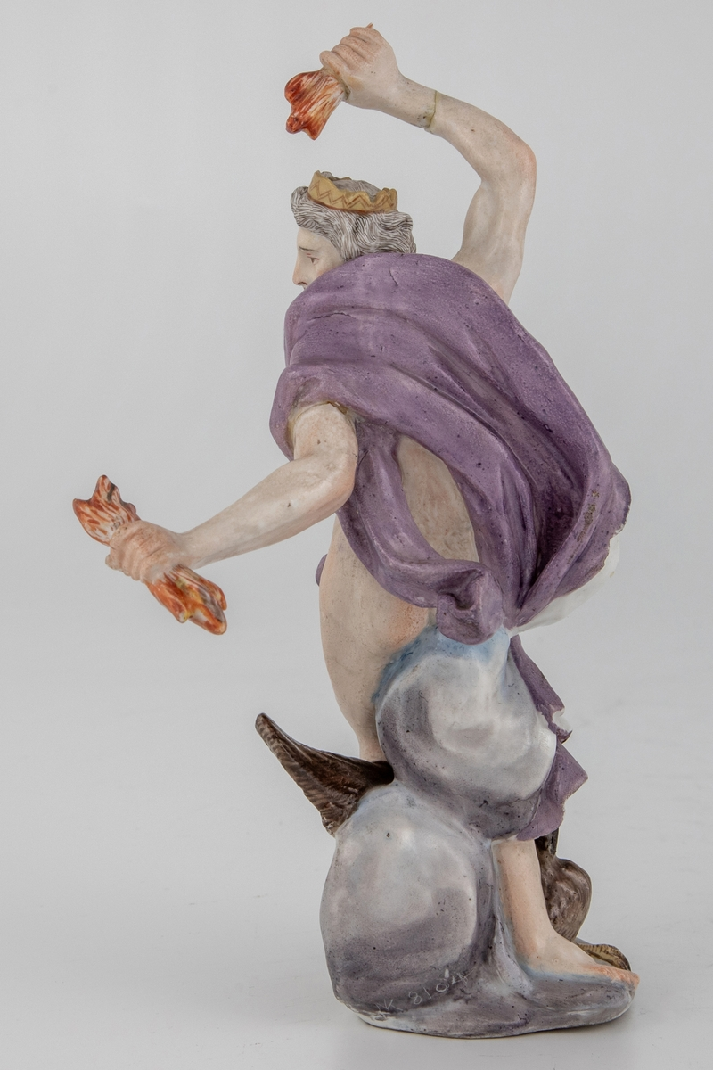Figur av skjegget mann med ørn og tordenkiler i hendene, som skal forestille Jupiter/Zevs. Hvitglasert porselen med polykrom overglasurmaling. Han er iført et hvitt og lilla draperi, mens på hodet har han en tagget krone. Armene er hevet og han er fremstilt i det pregnante øyeblikk før han skal kaste tordenkilene.