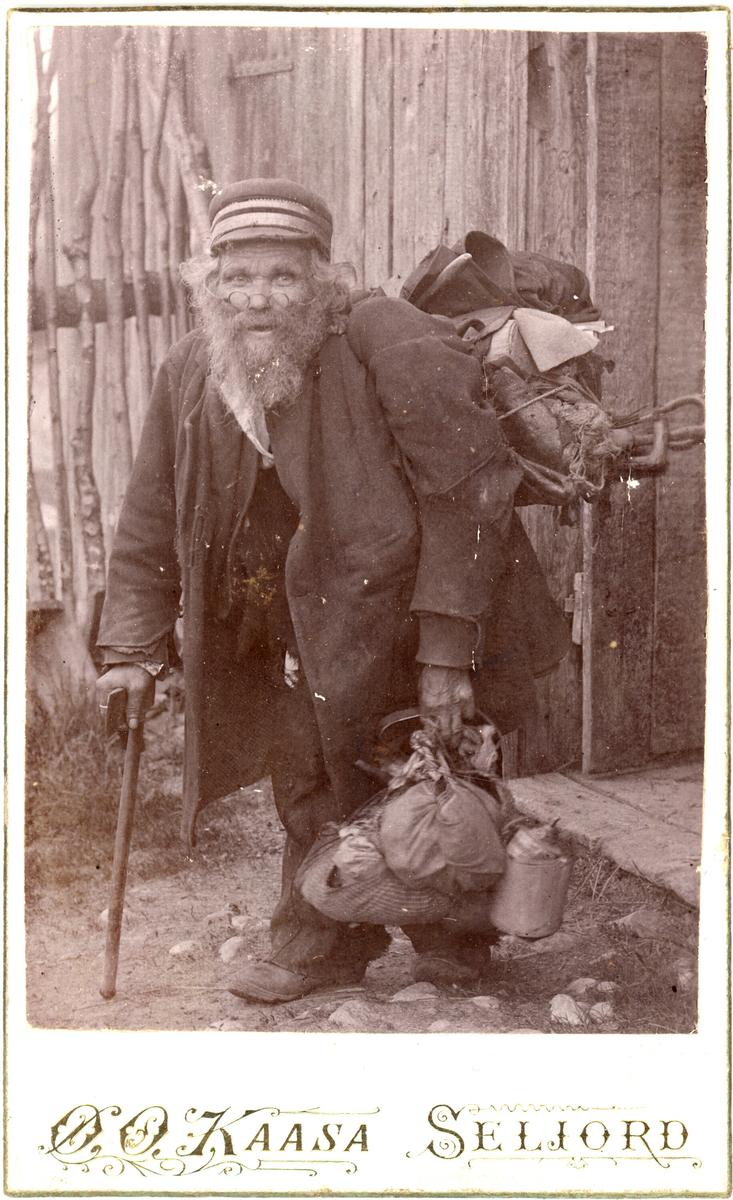 "Eilev O. Bråtene, ""Bråtenekongen"", fotografert med full oppakning."
