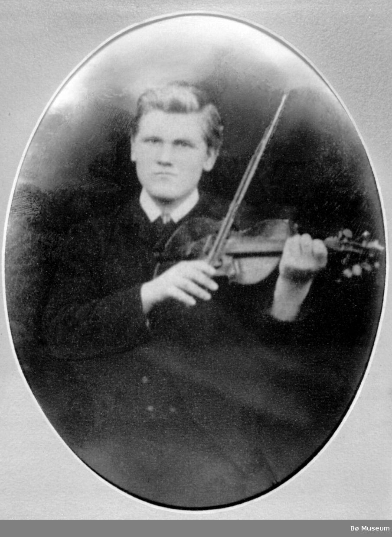 Hallvard Rysstad (1870-1937) var sentral spelemann i utviklinga av Setesdalsspelet. Han lærte først av Knut Hedde, seinare av Petter Veum. I 1904 var han på konsertferd i Amerika. Han lærte òg telemarkspel, mellom andre av Halvor Flatland og Gunnulf Borgen.