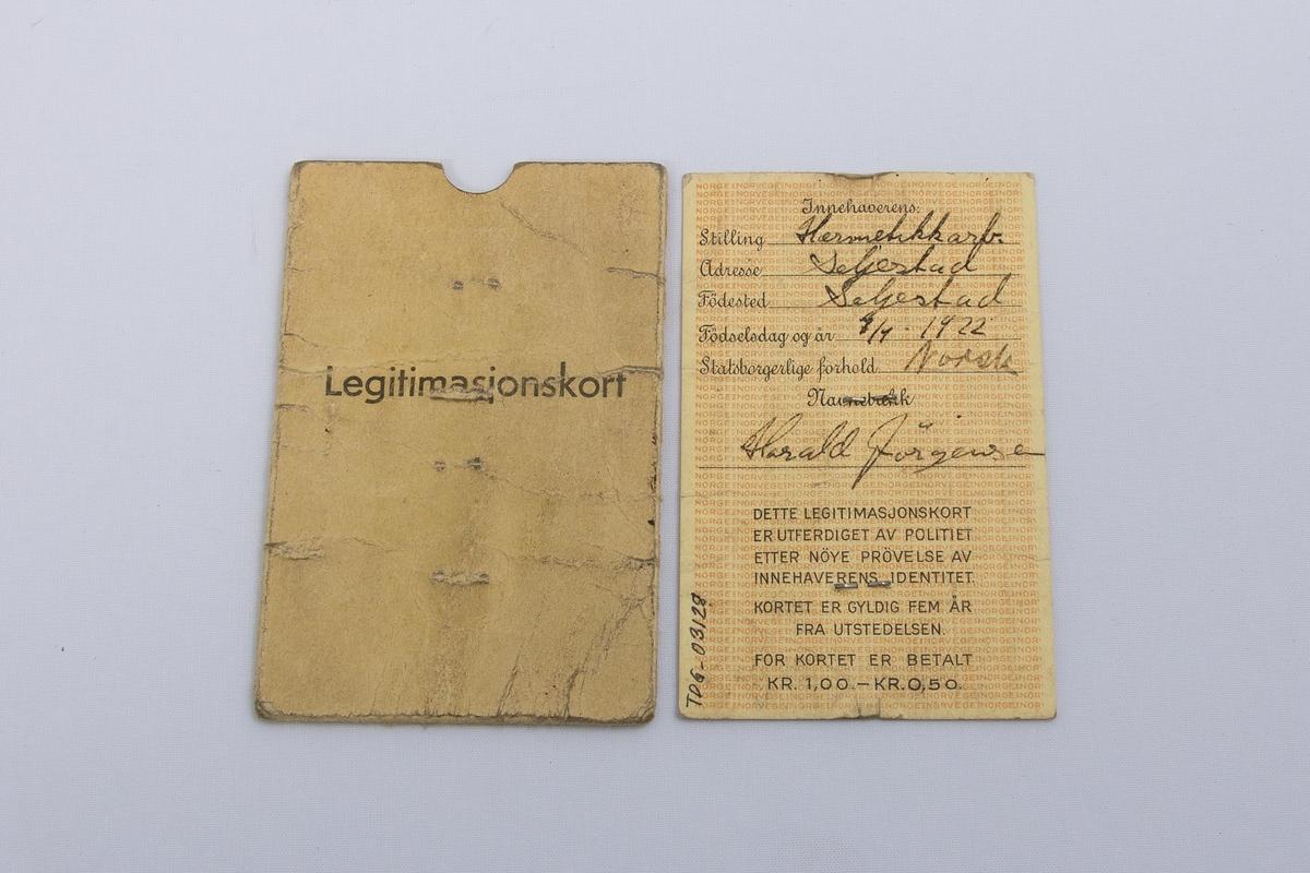 Legitimasjonskort fra 1941 utstedt av lensmannen i Trondenes til giver. Kortet er utstyrt med passbilde og selve identitetskortet ligger i en pappholder.