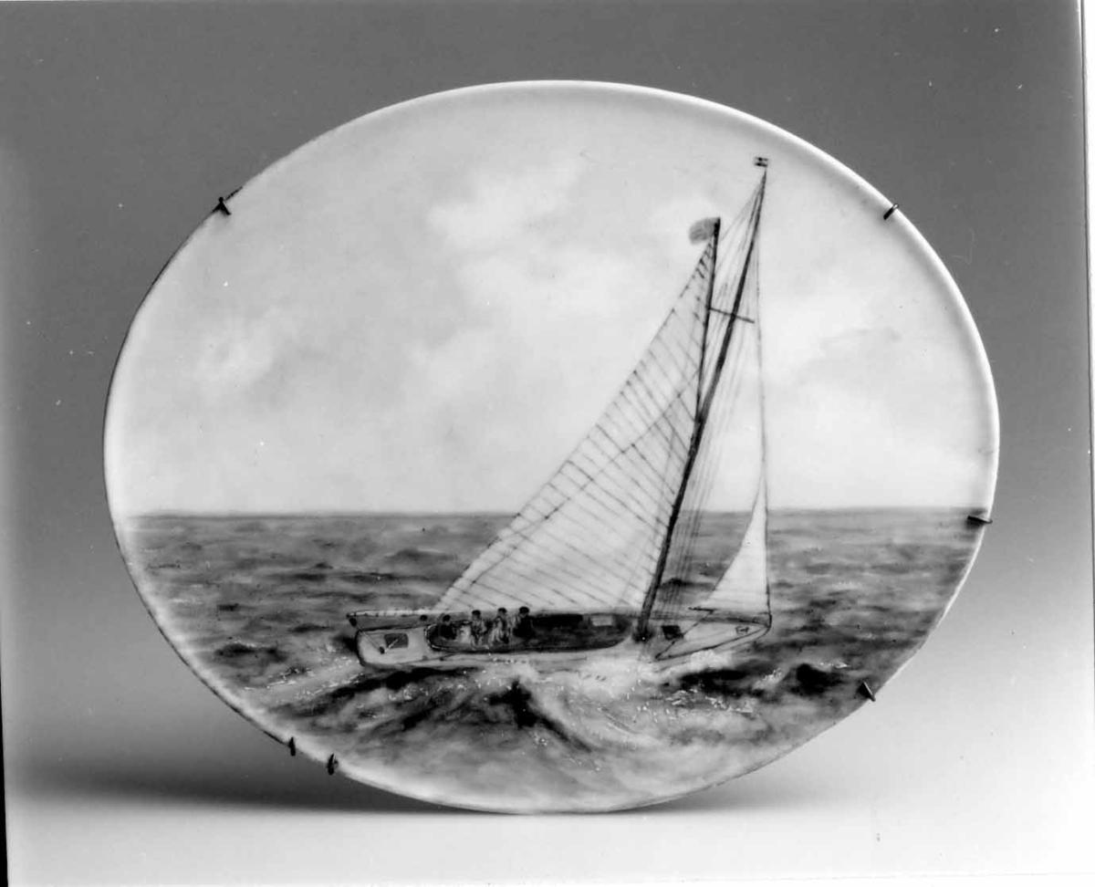 Målad med gaffelriggad segelbåt seglandes för babords halsar. Bovins standert i toppen