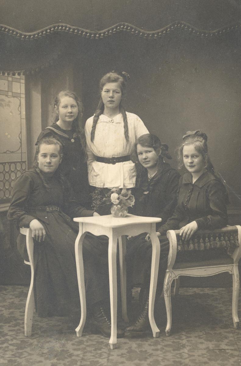 Fem unge kvinner