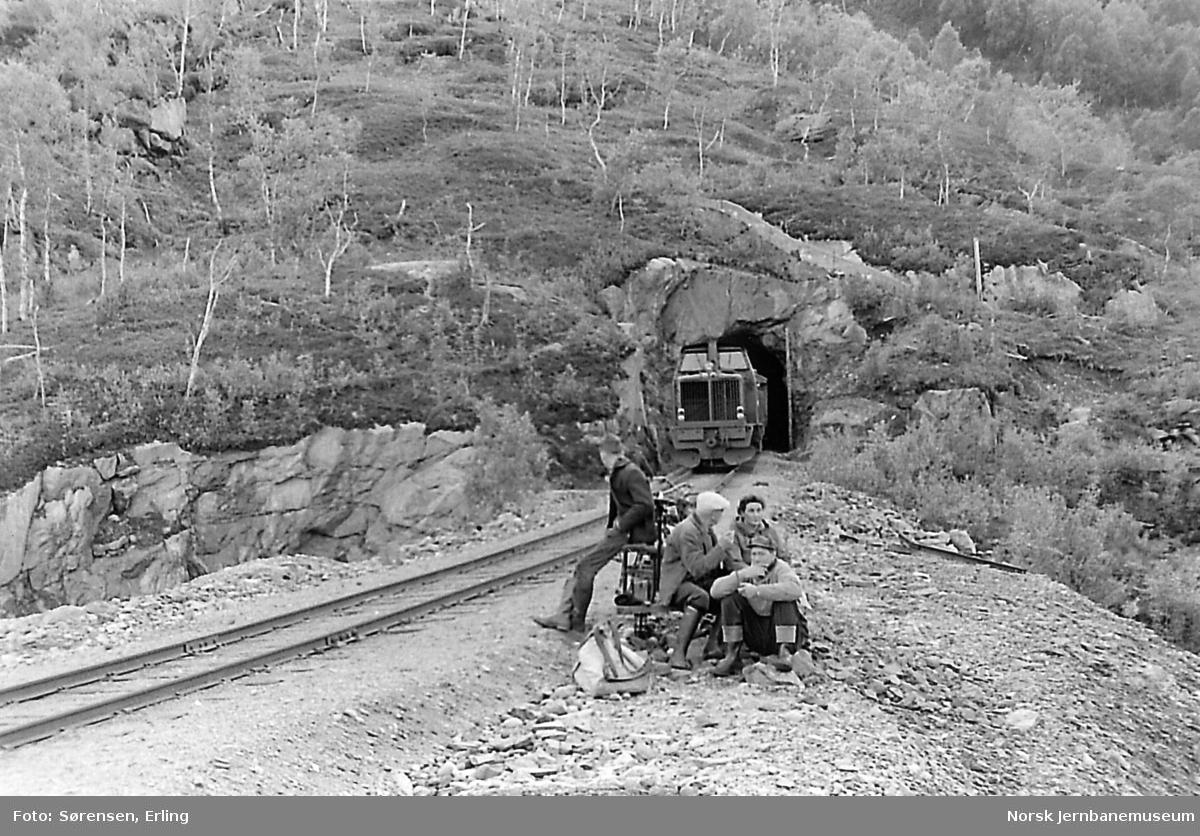 Diesellokomotivet ODIN med ettermiddagstoget til Lomi ved Sjønståfjell tunnel ved Ågifjell