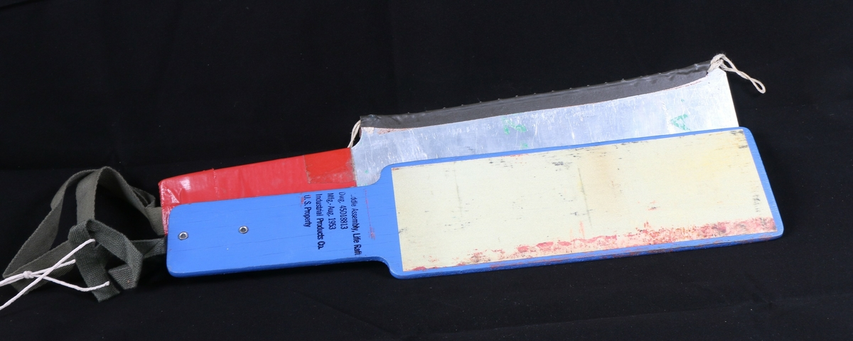 Padleårer til bruk sammen med redningsflåte. Den ene åren er i metall, den andre i tre. Refleksmaling på den ene siden.