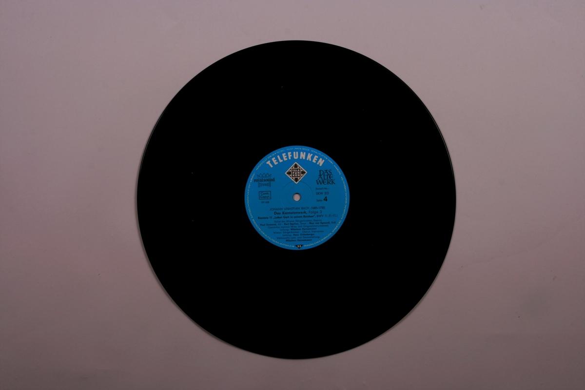 Grammofonplater i svart vinyl og plateboks i papp. Notehefte og to informasjonshefter.
