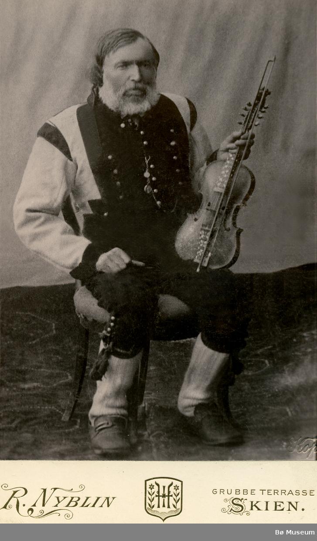 Portrettbilete av spelemannen Leiv Sandsdalen