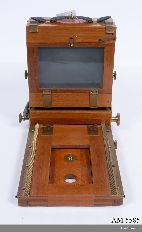 Storbildskamera 9x12 av trä, Deckel. Består av: 1 kamera, 1 objektivbräda, 6 plåtkassett 9x12, tillv. av Zeiss Ikon.