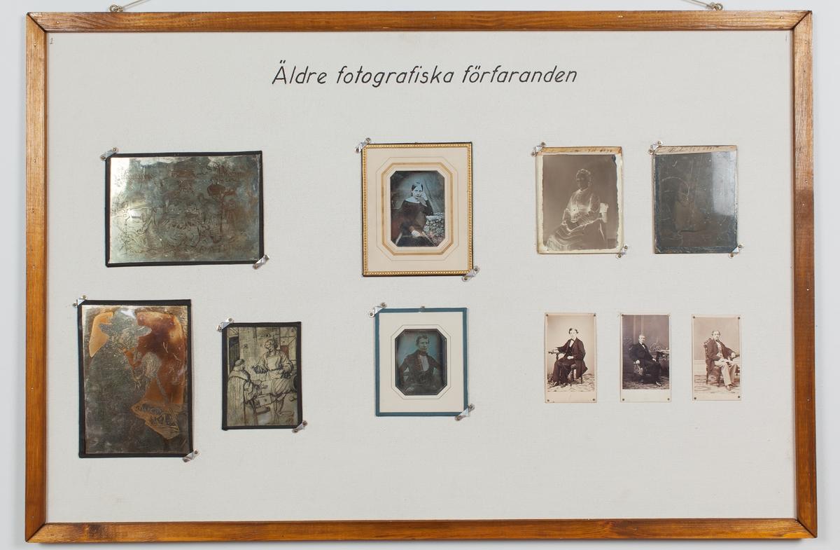 Undervisningsmaterial. Exempel på äldre fotografiska förfaranden. Från vänster: 3 tryck på metallplattor. Bilder ur en tidskrift, en hyllning till litografin och fotografin. Experiment troligen utförda av Helmer Bäckström. Slutet av 1800-talet, tidigast 1860-tal. 2 daguerreotyper (Den undre, tidigt 1840-tal (-45). Porträttet troligen tagit i utomhus, av kringresande fotograf. Den övre, troligen en etablerad ateljé från andra delen av 1840-talet (47-48). 1 våtplåt, kollodium på glas samt tre albuminfotografier, visitkort.