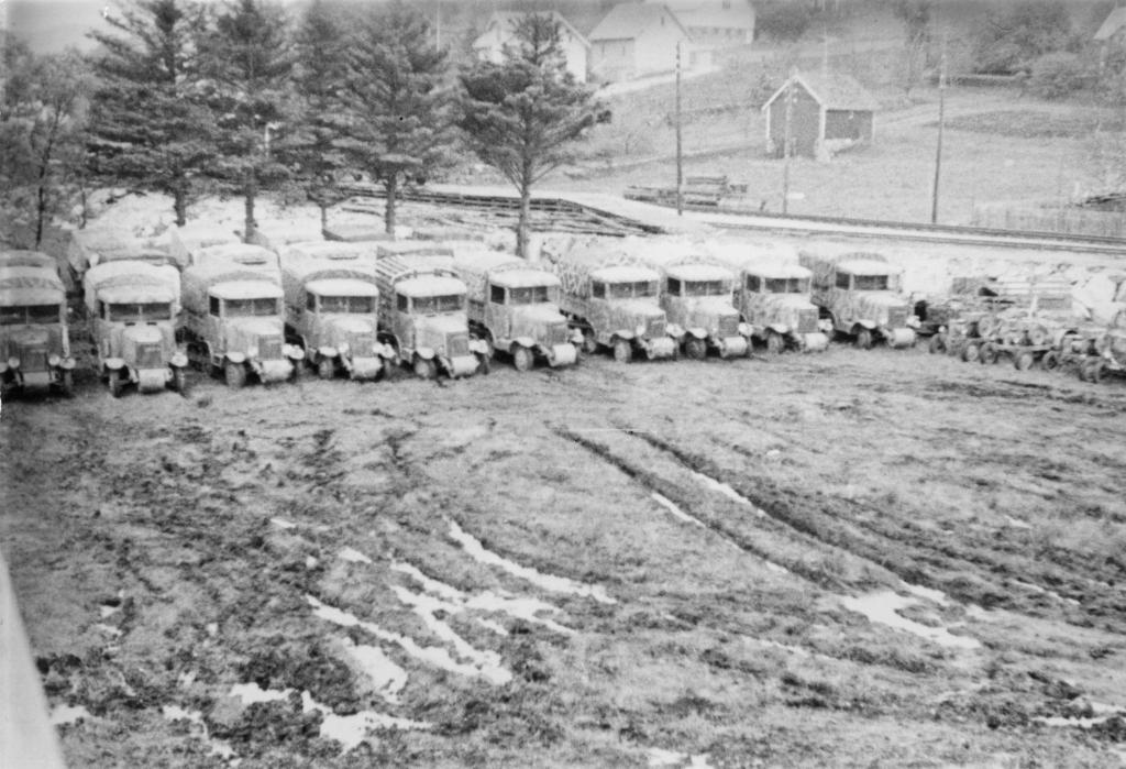 Militære lastebiler ved Slettebøleiren, mai 1945.