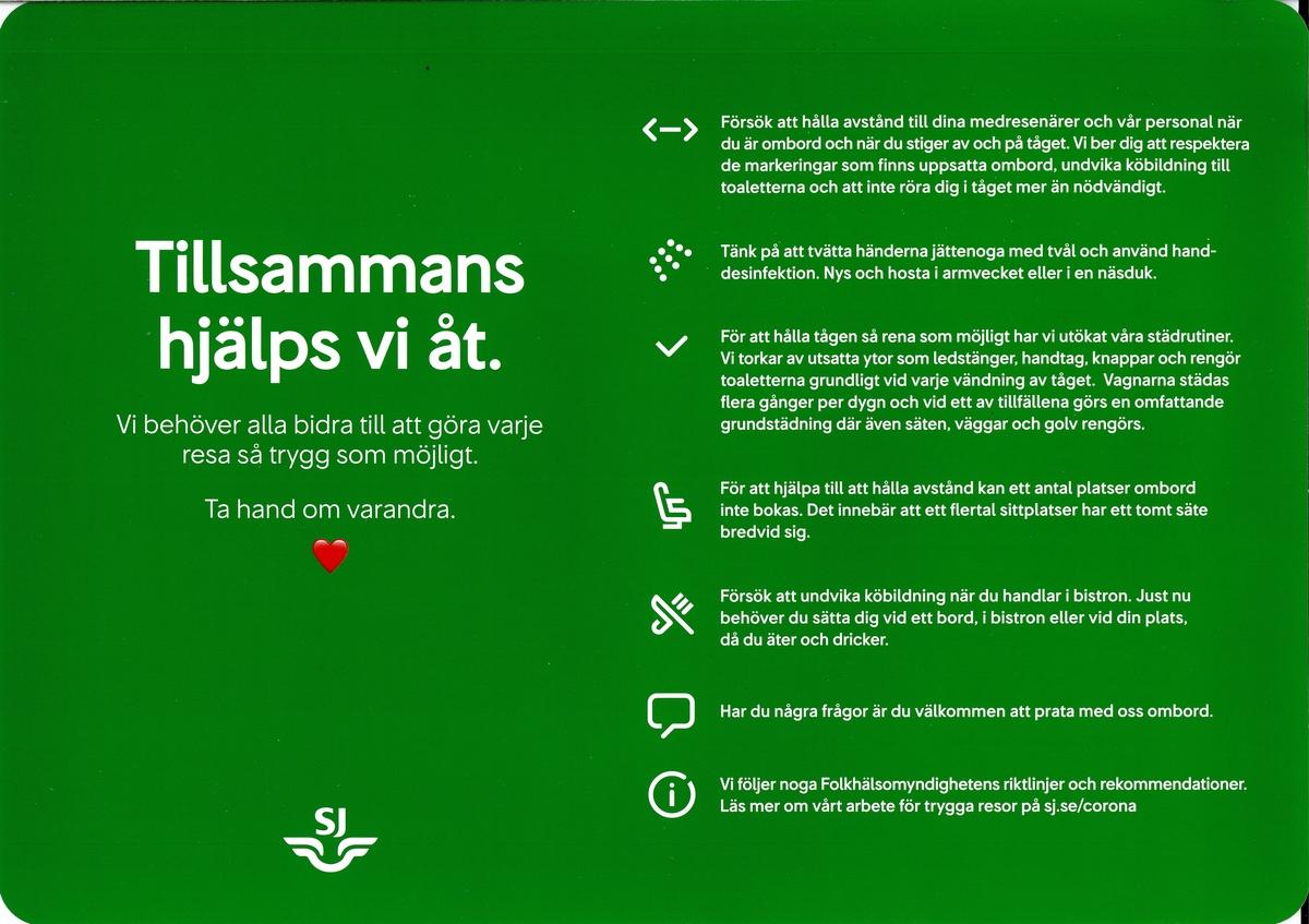 """Två gröna rektangulära klisterdekaler med rundade hörn. Till vänster texten """"Tillsammans hjälps vi åt."""" och sedan i lite mindre typsnitt """"Vi behöver alla bidra till att göra varje resa så trygg som möjligt. Ta hand om varandra."""" Nedanför texten är det ett rött hjärta och längre ner vid kanten SJs logotyp i vitt. På högra halvan av dekalen finns sju rekommendationer/informationspunkter med en symbol till vänster om varje rekommendation/informationspunkt. Vit baksida med grå tryckt text """"AVERY DENNISON"""" samt adress till tillverkarens webbsida."""